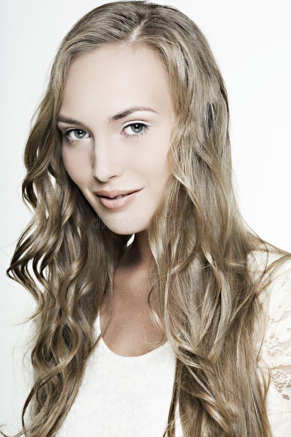Menina de sorriso bonita com cabelo maravilhoso longo fotografia de stock royalty free