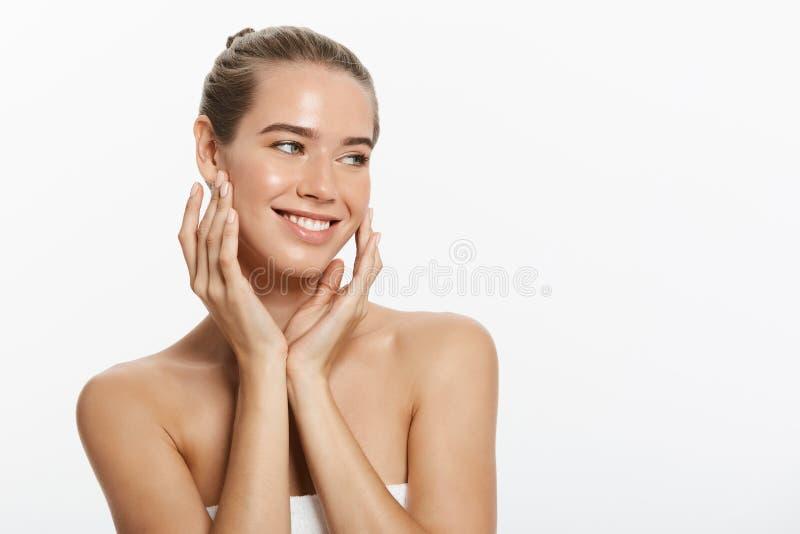 Menina de sorriso bonita com pele limpa, composição natural, e os dentes brancos no fundo cinzento imagem de stock