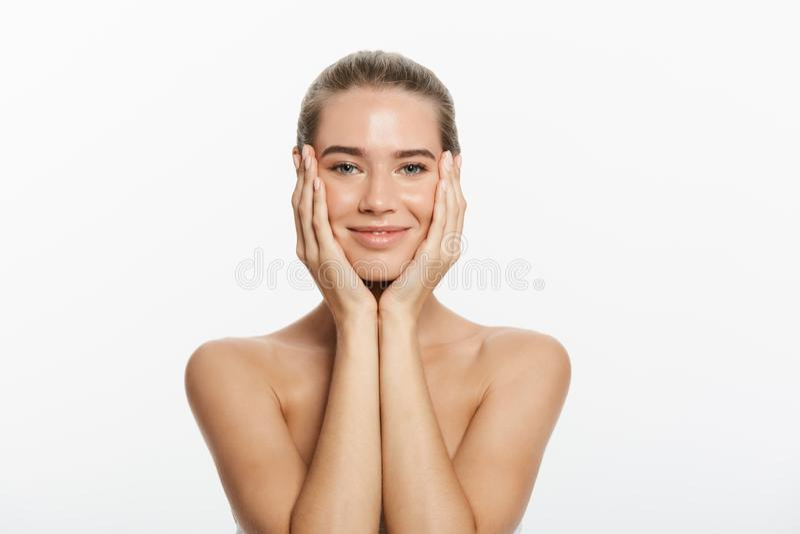 Menina de sorriso bonita com pele limpa, composição natural, e os dentes brancos no fundo cinzento fotos de stock