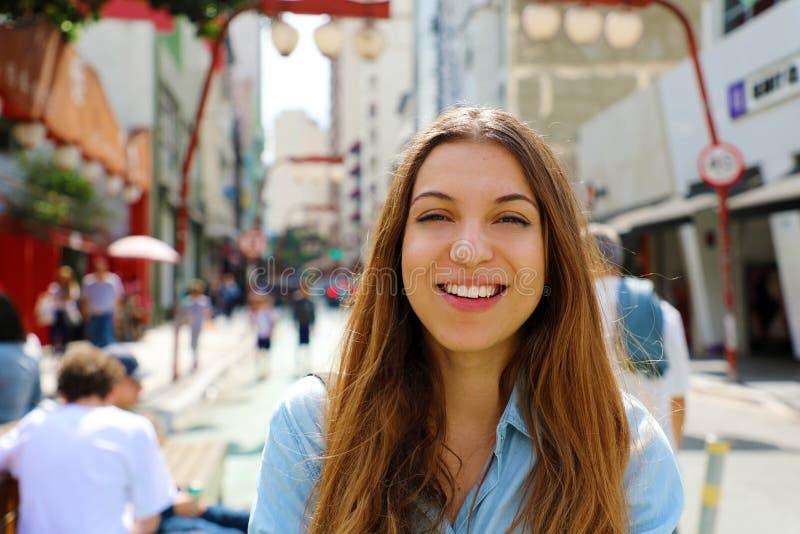 Menina de sorriso bonita feliz que anda na vizinhança japonesa Liberdade de Sao Paulo, Sao Paulo, Brasil imagens de stock royalty free