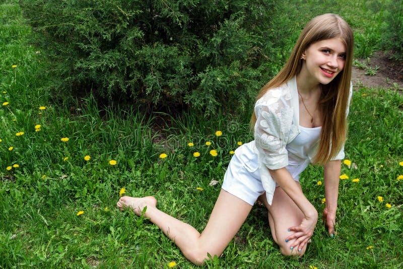 Menina de sorriso bonito imagens de stock