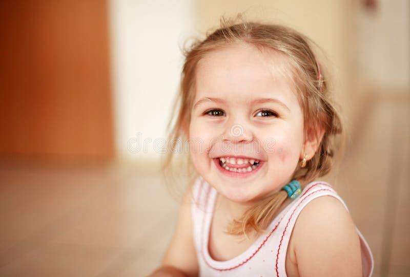 Menina de sorriso bonito fotos de stock royalty free