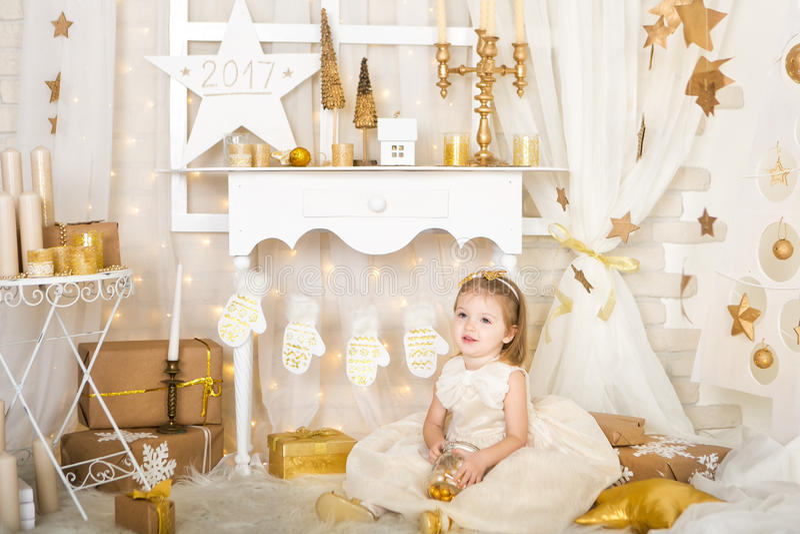 Menina de sorriso bonito com doces do ouro foto de stock royalty free