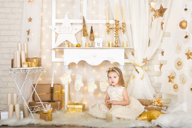 Menina de sorriso bonito com estrelas do ouro fotografia de stock royalty free