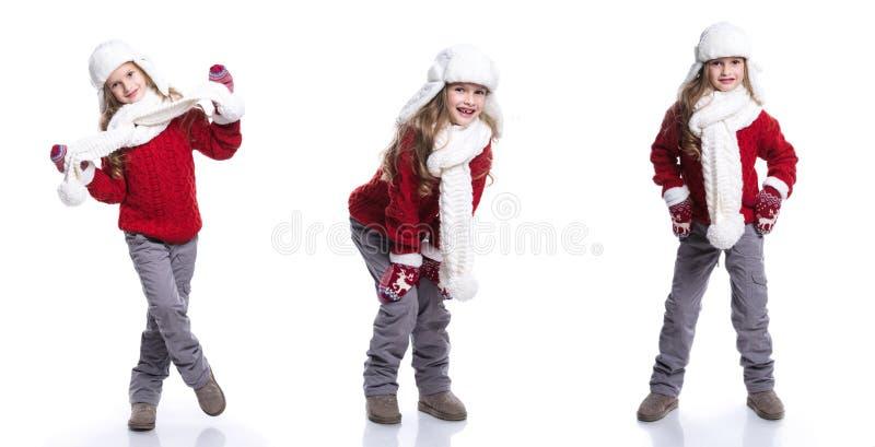 Menina de sorriso bonito com o penteado encaracolado que veste a camiseta, o lenço, o chapéu feito malha e as luvas isolados no f imagens de stock
