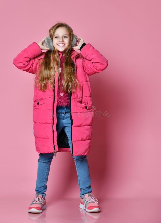Menina de sorriso bonito em fones de ouvido da pele fotografia de stock