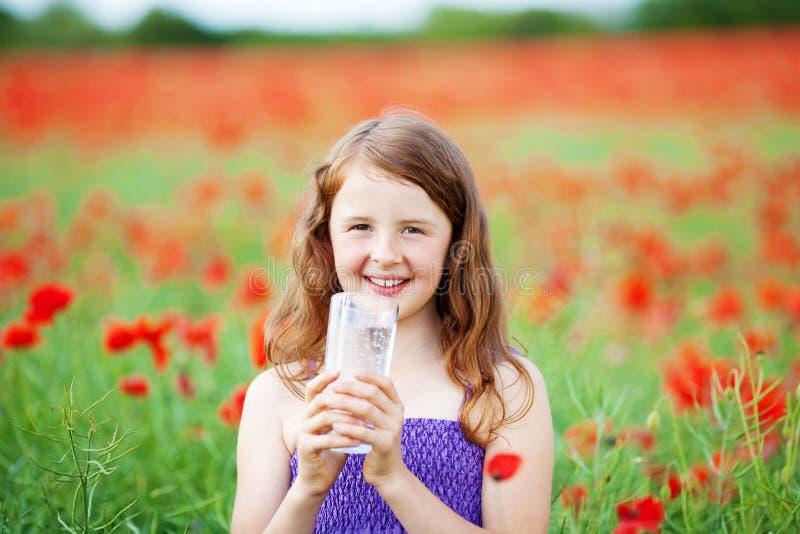 Menina de sorriso com água mineral fotografia de stock