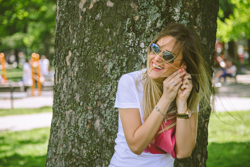 Menina de sorriso com cabelo em sua cara fotografia de stock