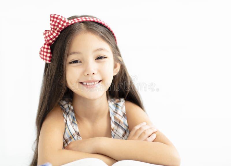 menina de sorriso com cabelo longo fotos de stock