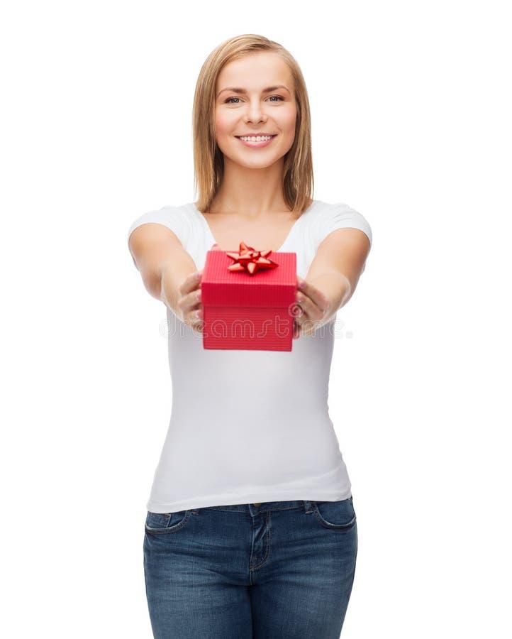 Menina de sorriso com caixa de presente imagem de stock