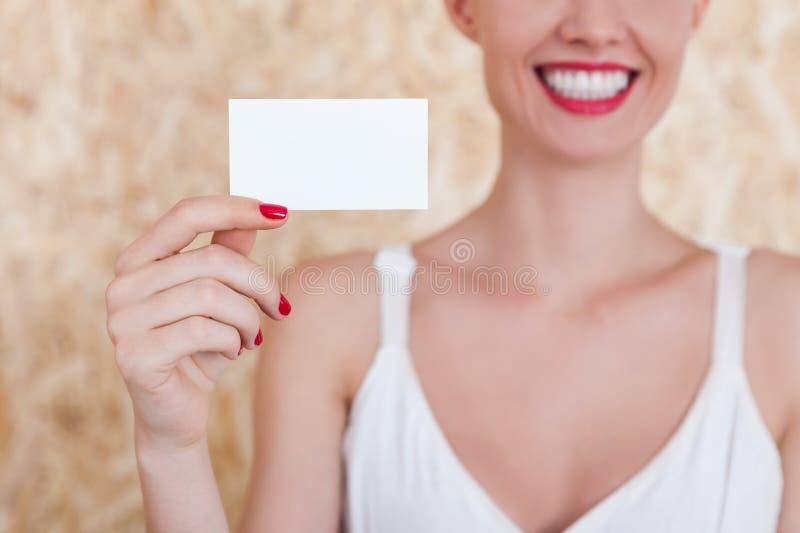Menina de sorriso com cartão vazio imagem de stock royalty free