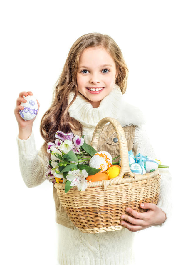Menina de sorriso com a cesta completa de ovos da páscoa coloridos foto de stock royalty free