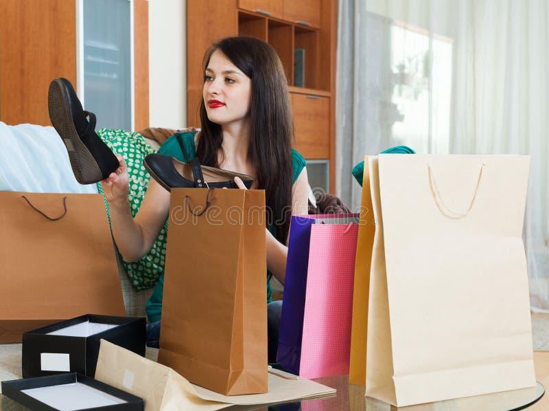 Menina de sorriso com compras fotografia de stock