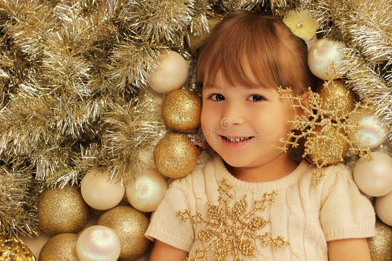 Menina de sorriso com decoração da árvore fotos de stock