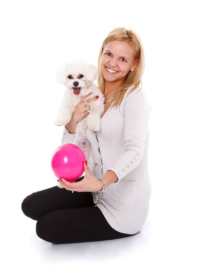 Menina de sorriso com filhote de cachorro e bola fotografia de stock royalty free