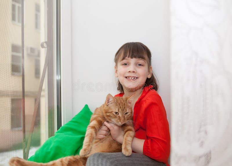 Menina de sorriso com gato imagens de stock royalty free