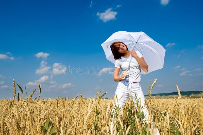 Menina de sorriso com guarda-chuva branco fotografia de stock
