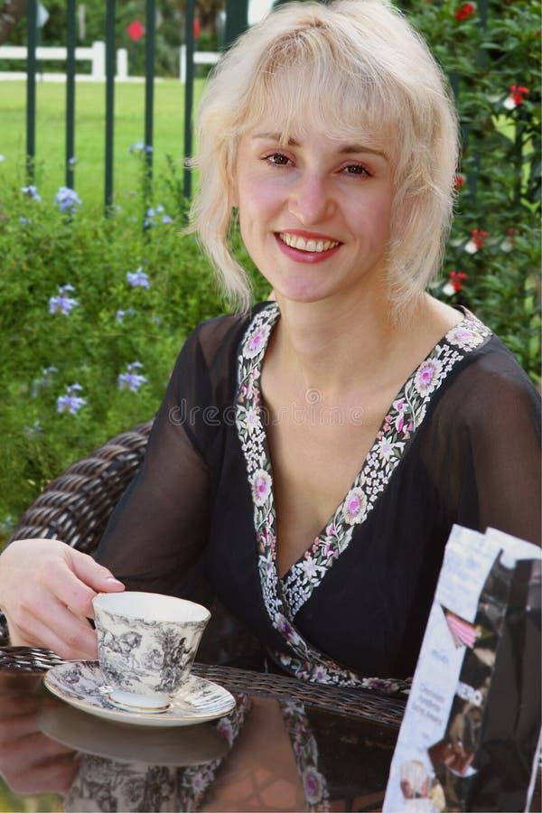 Menina de sorriso com o copo do chá fotos de stock royalty free