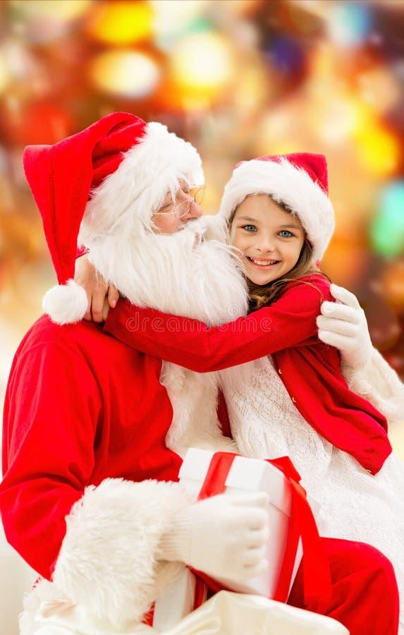 Menina de sorriso com Papai Noel fotografia de stock