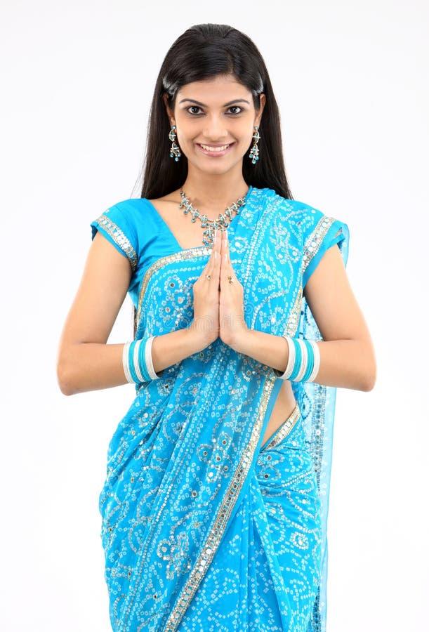 Menina de sorriso com postura dos cumprimentos imagens de stock royalty free