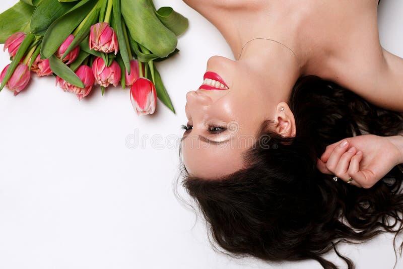Menina de sorriso com ramalhete fotos de stock royalty free