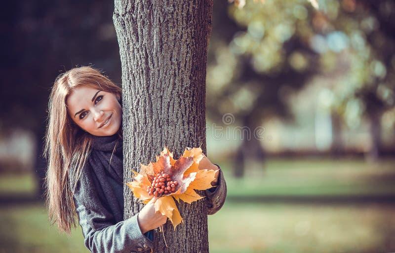 Menina de sorriso com ramalhete do outono imagem de stock