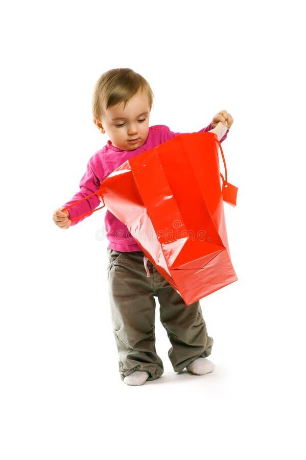 Menina de sorriso com um saco de compra foto de stock royalty free