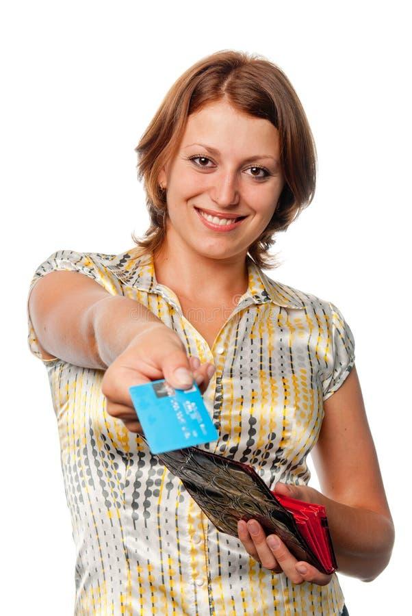 Menina de sorriso com uma bolsa e cartão de crédito nas mãos foto de stock