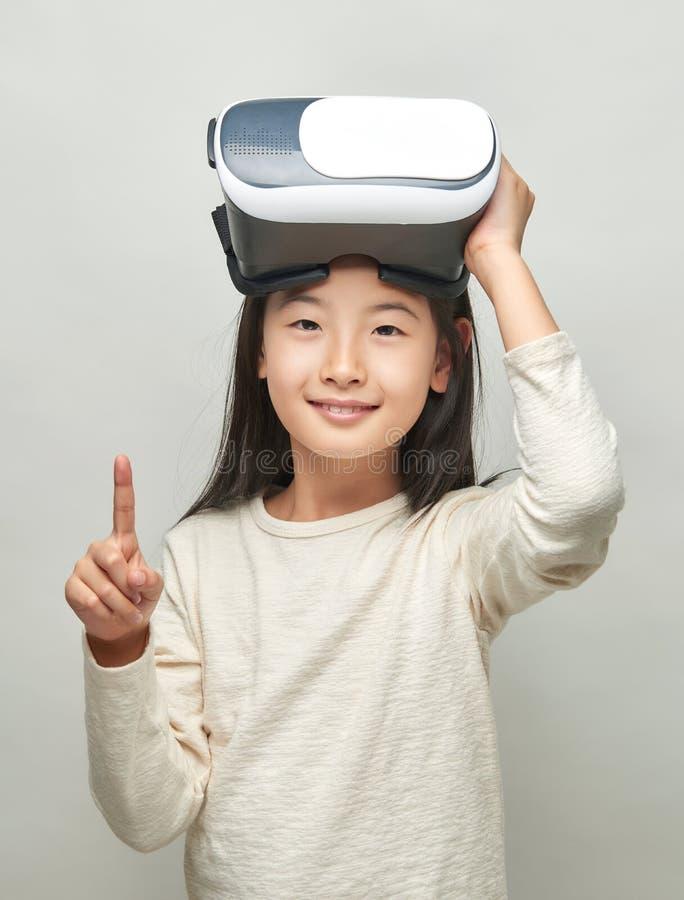 Menina de sorriso com vidros da realidade virtual foto de stock royalty free