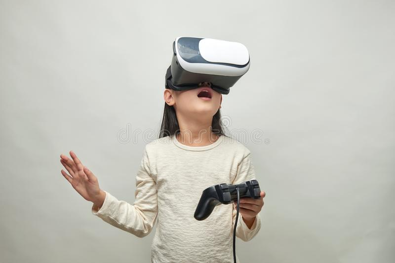 Menina de sorriso com vidros da realidade virtual imagens de stock royalty free