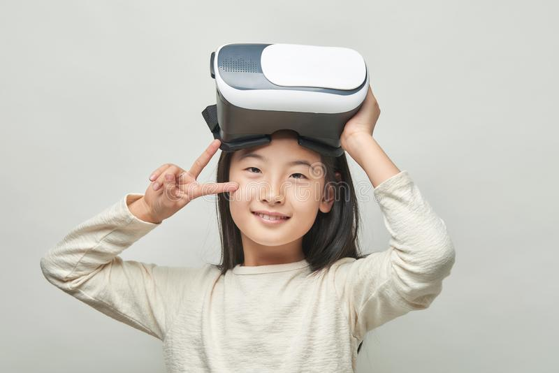 Menina de sorriso com vidros da realidade virtual imagem de stock