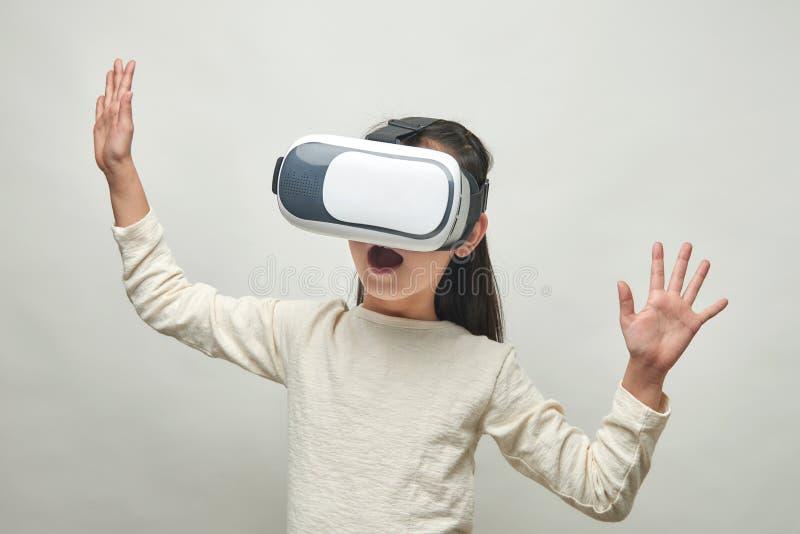 Menina de sorriso com vidros da realidade virtual fotografia de stock royalty free