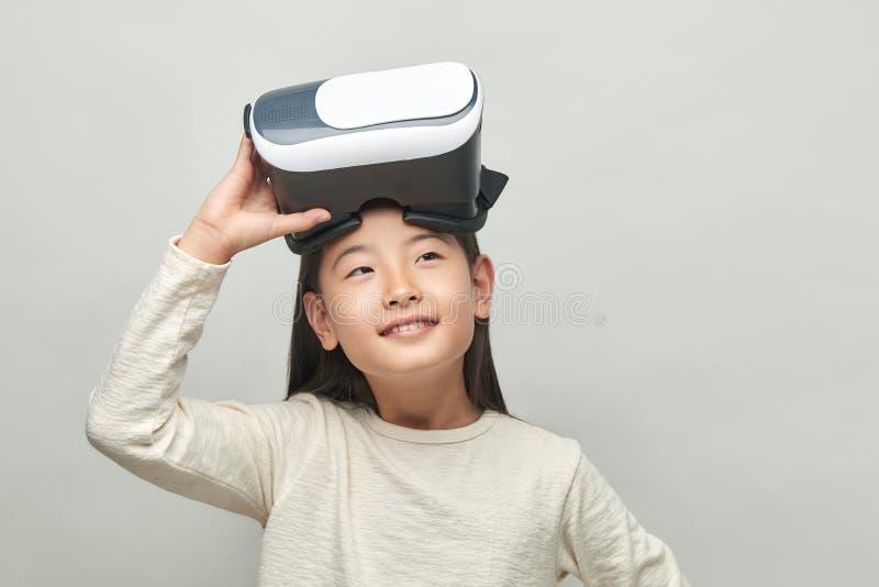 Menina de sorriso com vidros da realidade virtual imagem de stock royalty free