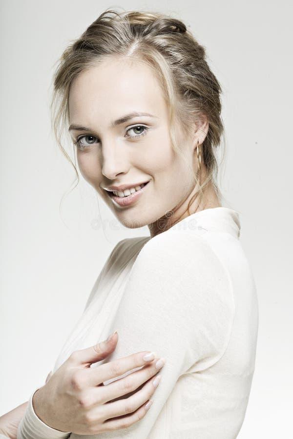 Menina de sorriso da face bonita com pele perfeita fotografia de stock royalty free