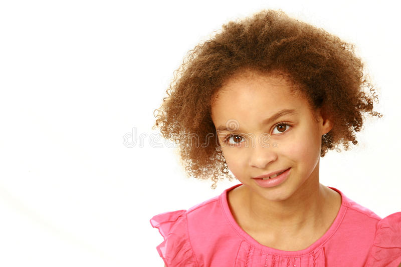Menina de sorriso da raça misturada que olha a câmera imagens de stock