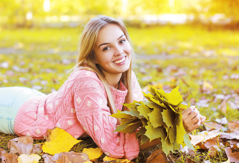 Menina de sorriso de encantamento bonita do retrato no outono fotografia de stock