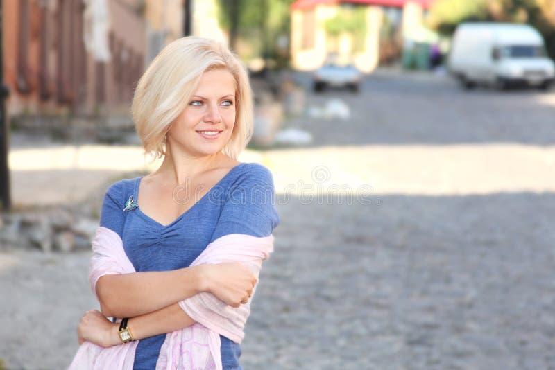 Menina de sorriso de Yound na rua imagem de stock royalty free