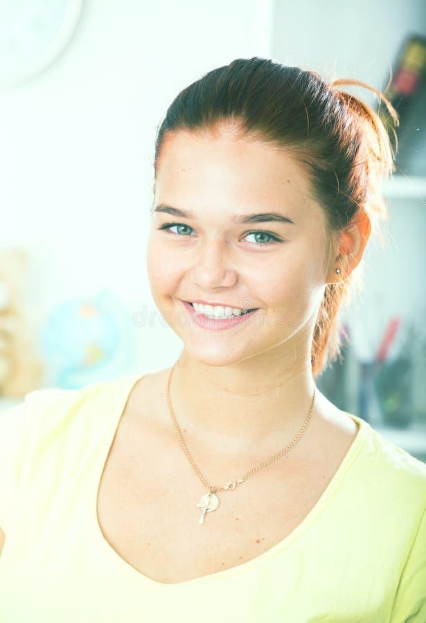 Menina de sorriso do adolescente imagens de stock royalty free