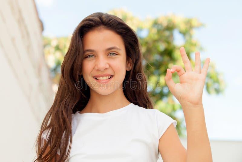 Menina de sorriso do adolescente que diz está bem imagens de stock royalty free