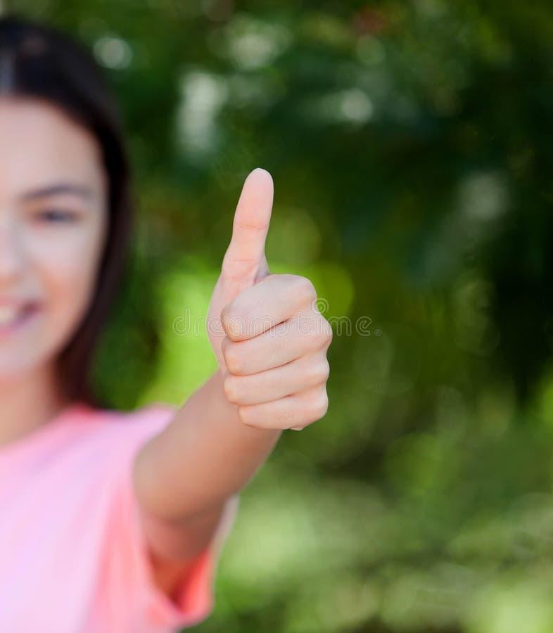 Menina de sorriso do adolescente que diz está bem foto de stock royalty free