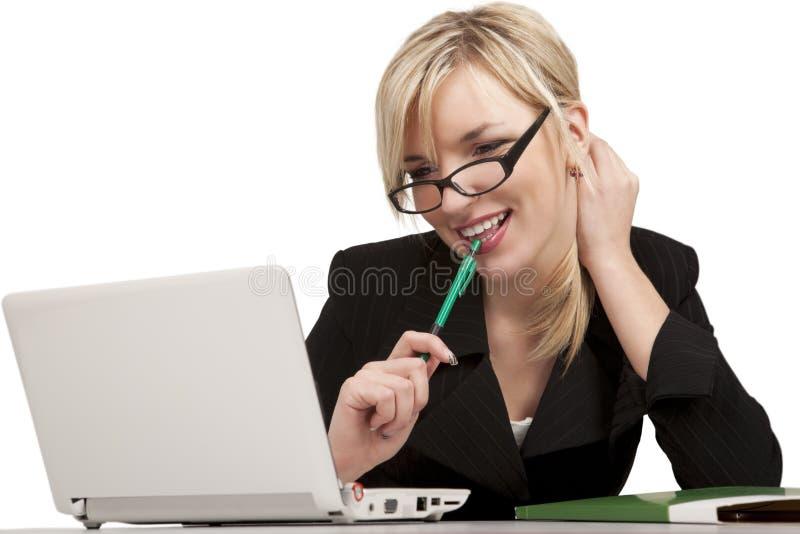 Menina de sorriso do escritório com portátil imagens de stock
