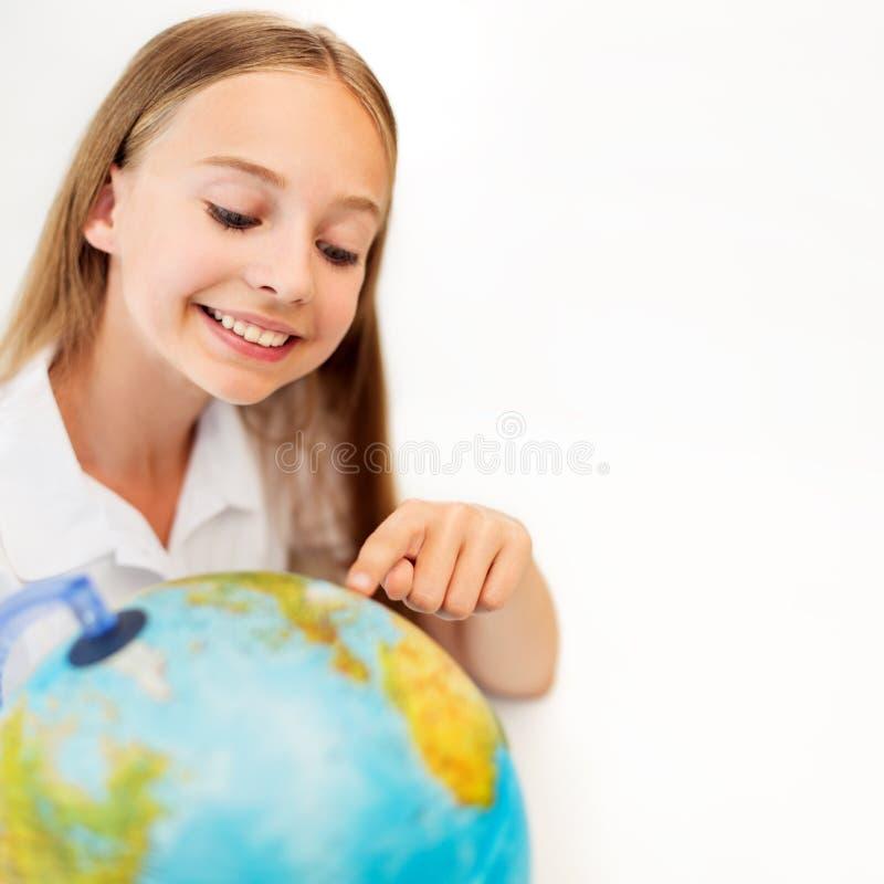 Menina de sorriso do estudante com globo da terra fotografia de stock