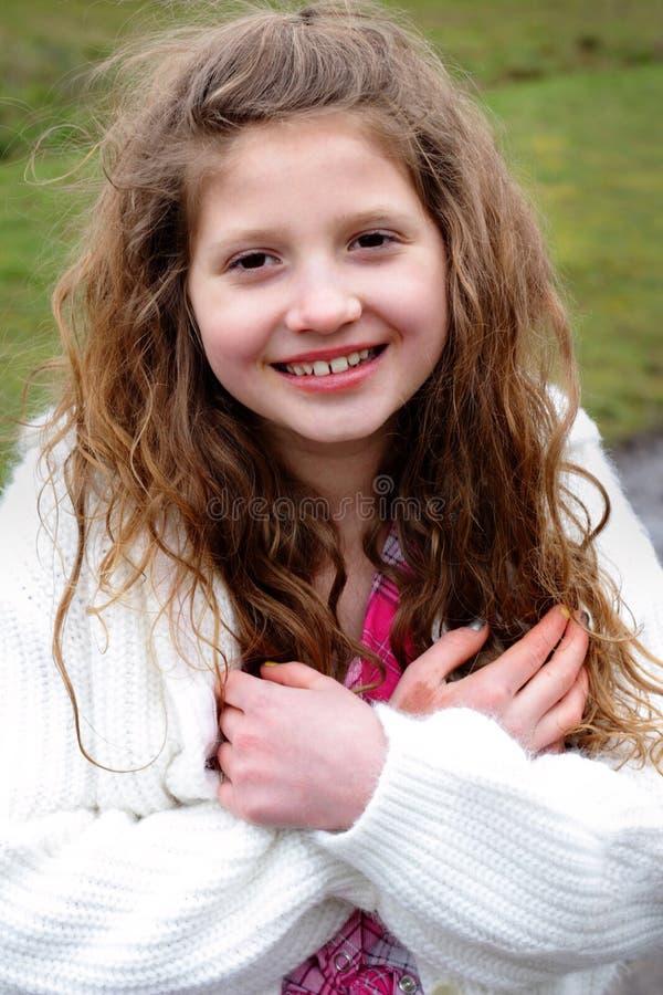 Menina de sorriso do Preteen com cabelo longo imagem de stock