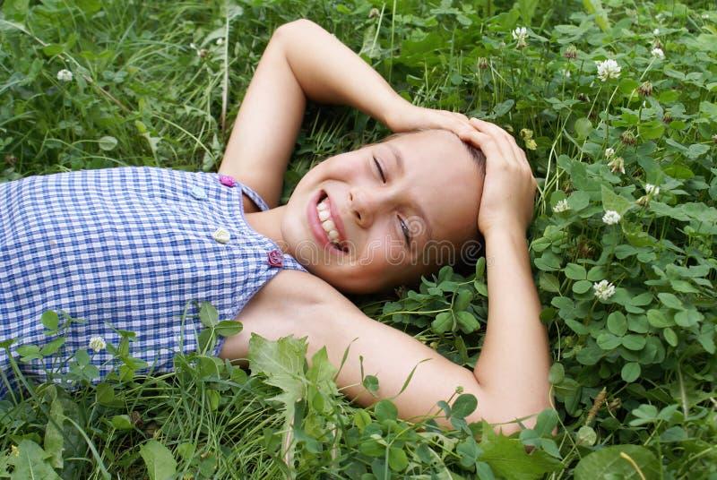 Menina de sorriso do preteen no trevo imagens de stock