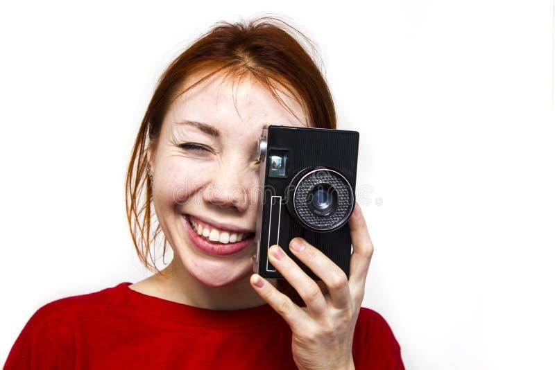 Menina de sorriso do ruivo com camer velho imagens de stock