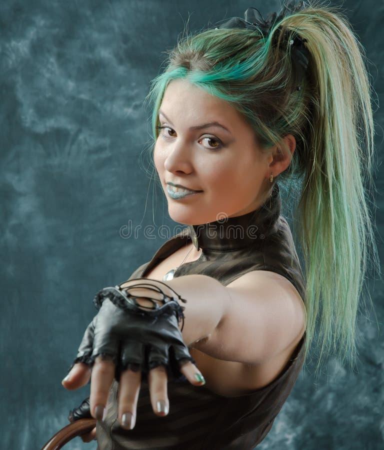 Menina de sorriso do steampunk com cabelo verde foto de stock