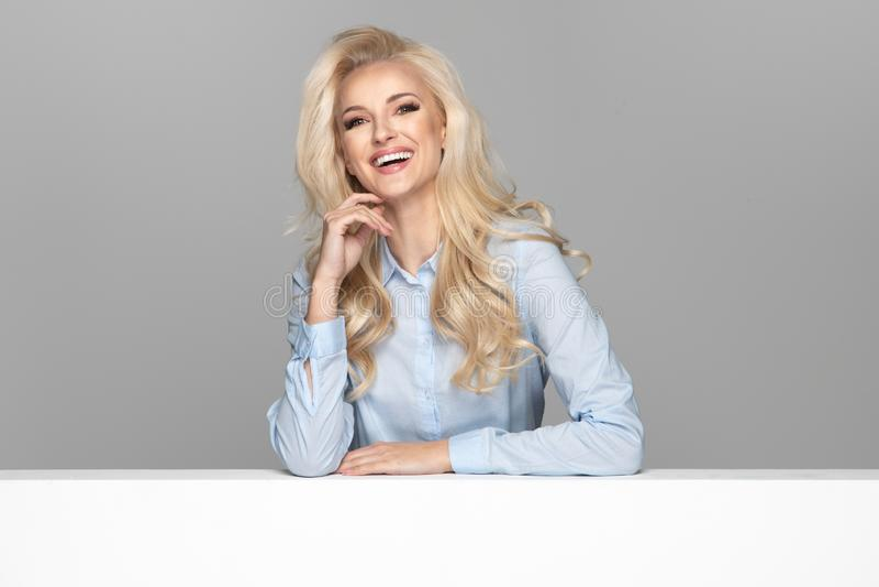 Menina de sorriso elegante nova fotos de stock royalty free