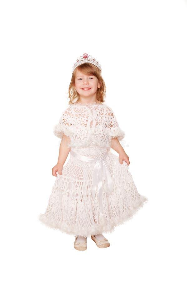Menina de sorriso em um vestido branco e em uma coroa. fotos de stock royalty free
