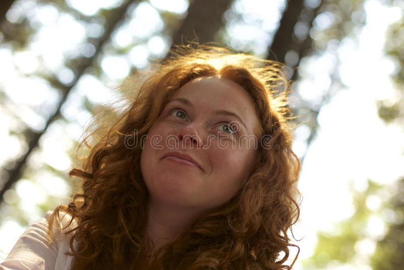Menina de sorriso em uma luz do sol do parque fotos de stock