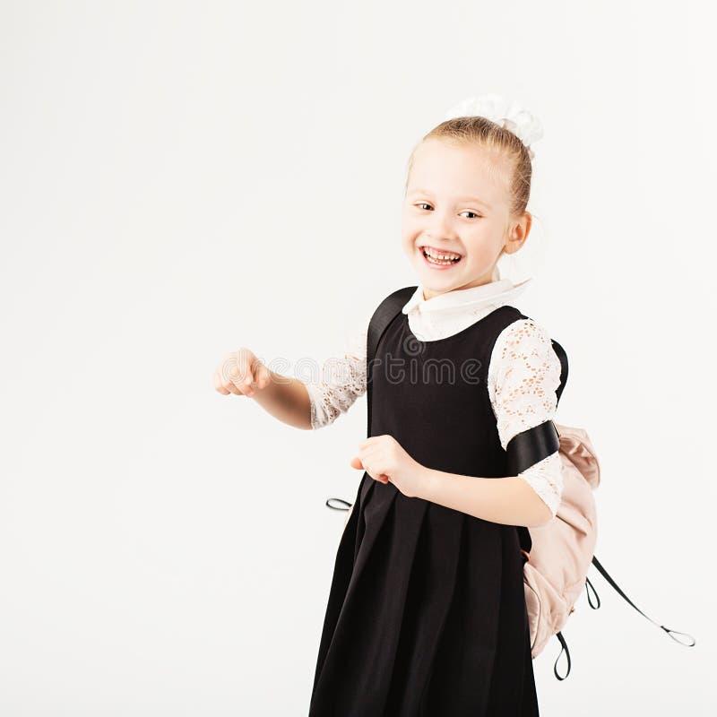 Menina de sorriso engraçada com a trouxa grande que salta e que tem f fotos de stock